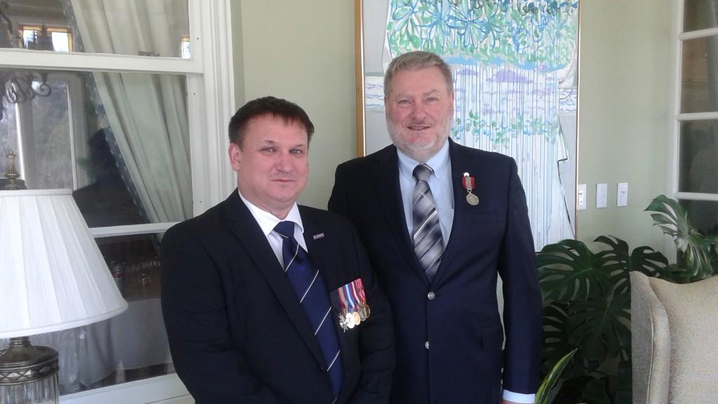 remise de médaille par le gouverneur général